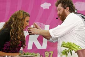 Певица Алина Артц и бренд-шеф кафе Ragout Алексей Зимин делятся звездными рецептами в магазине Media Markt!